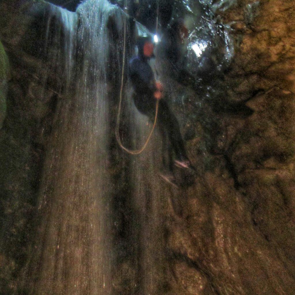 canyoning-canyon-nuit-cascade-rappel-eauxlivecanyon